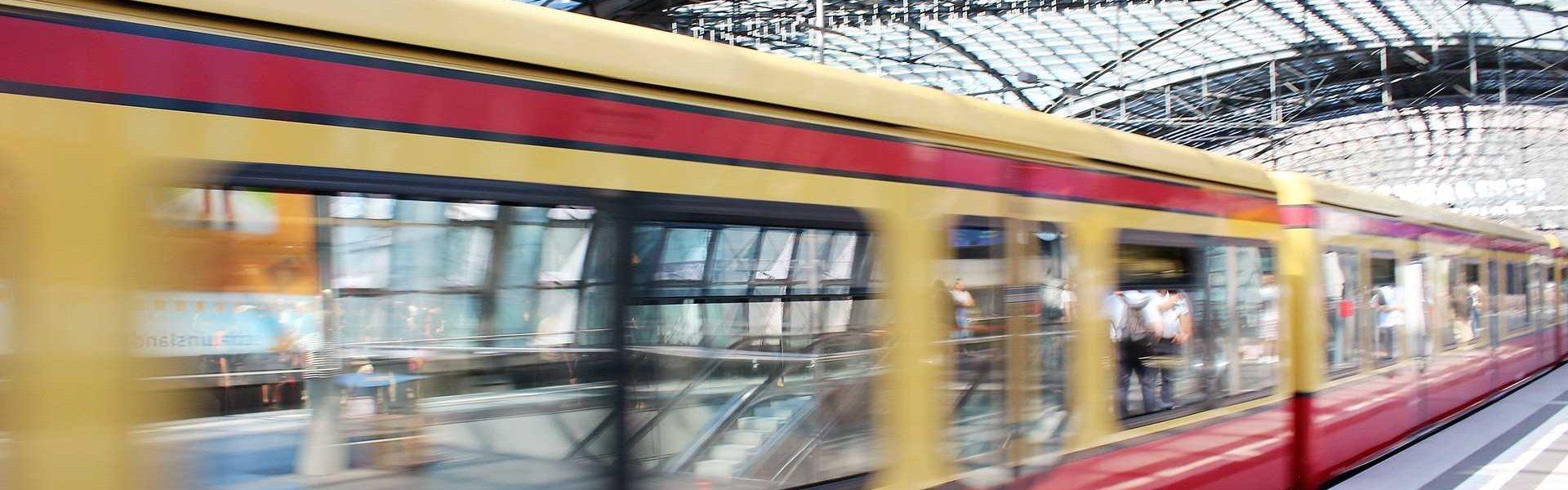 Berliner S-Bahn im Hauptbahnhof von unsplash.com